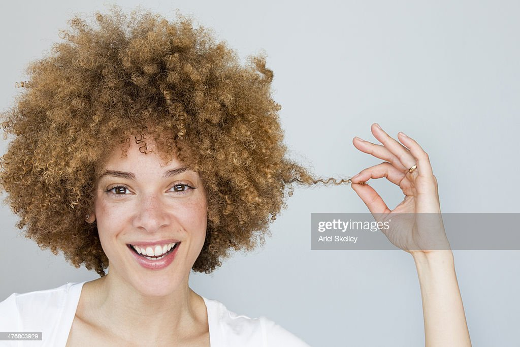 Black woman playing with hair : Foto de stock