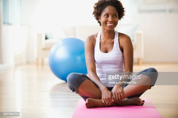 black woman practicing yoga - cross legged stock pictures, royalty-free photos & images