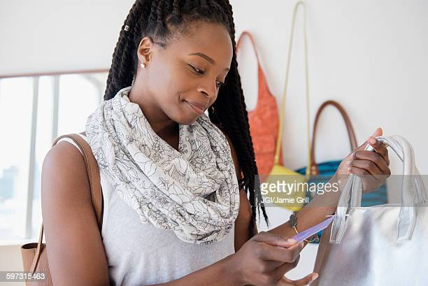 black woman shopping in store - black purse stock pictures, royalty-free photos & images