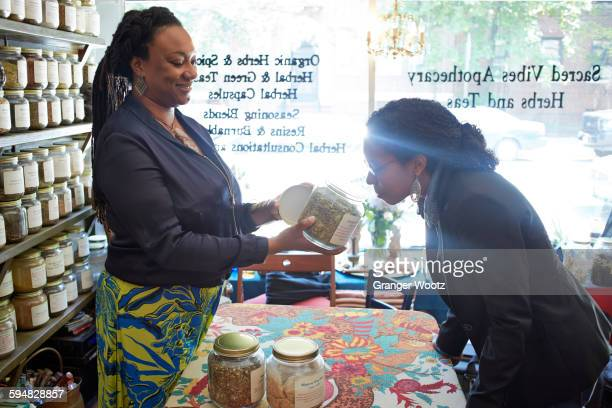 black woman smelling tea in tea shop - 40 44 jaar stock pictures, royalty-free photos & images
