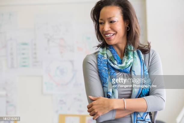 black woman smiling in classroom - maryland staat stockfoto's en -beelden