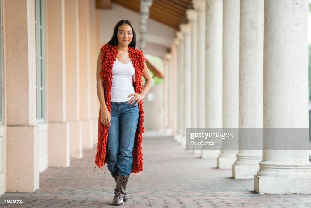 Black woman standing near pillars : Foto stock