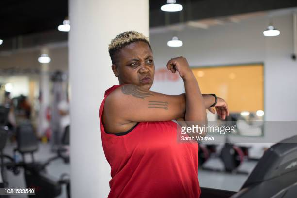 black woman stretching at the gym - sarah hardy stock pictures, royalty-free photos & images