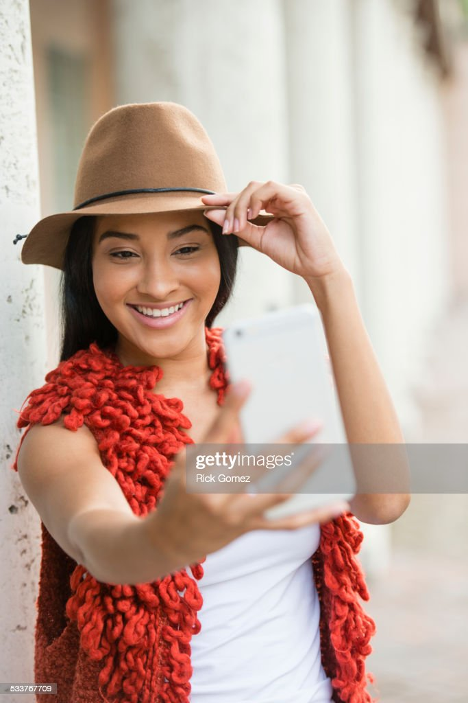 Black woman taking cell phone selfie outdoors : Foto stock