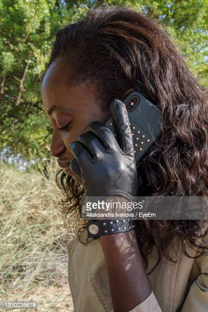 black woman talking on the mobile phone - nairobi stock pictures, royalty-free photos & images