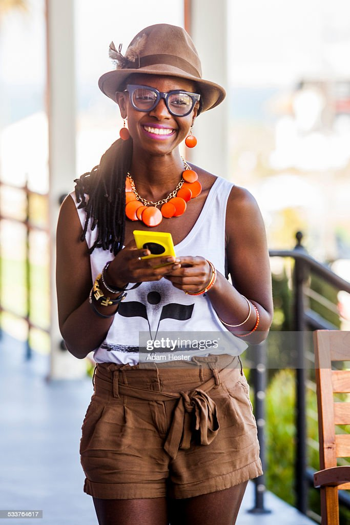 Black woman using cell phone outdoors : Foto stock