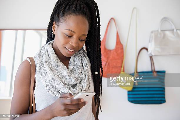 black woman using cell phone - black purse stock pictures, royalty-free photos & images