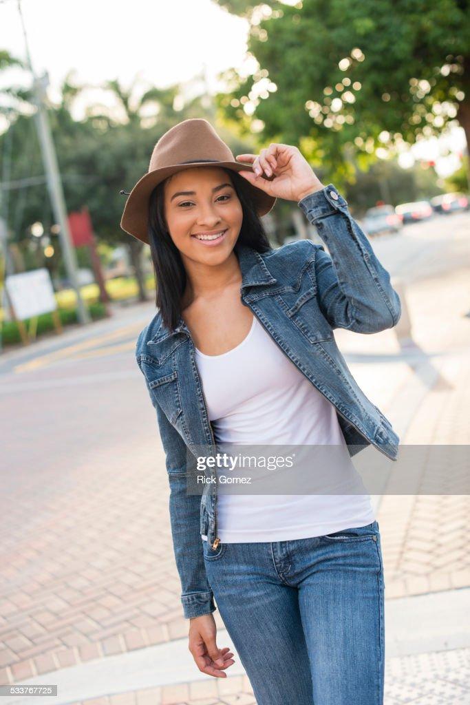 Black woman walking on sidewalk : Foto stock