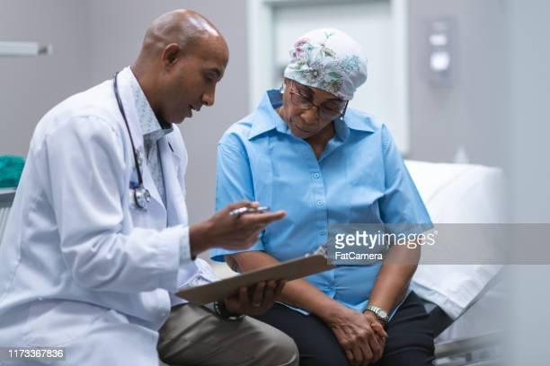 医療相談で癌を持つ黒人女性 - 悪性腫瘍 ストックフォトと画像