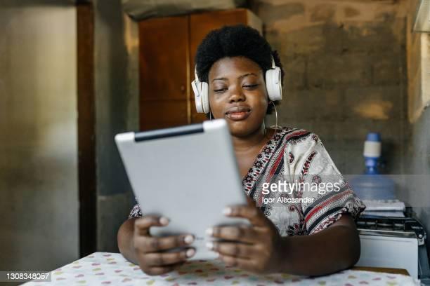 自宅で働く黒人女性 - 自己改善 ストックフォトと画像