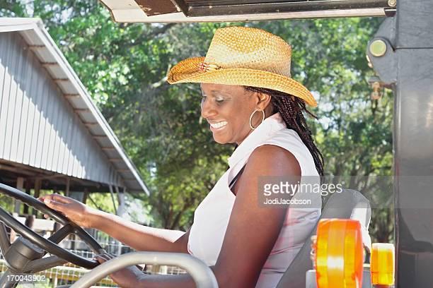 Noir femmes de conduire un tracteur