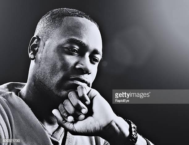 Noir--et--blanc Portrait d'homme grave et réflexion