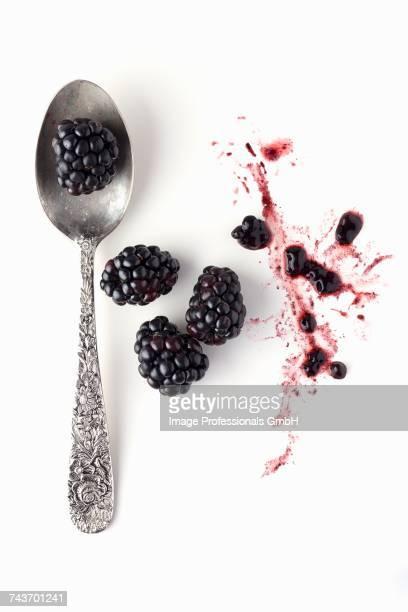 blackberries with a spoon - crush foto e immagini stock