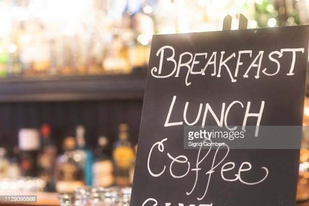 blackboard advertising meals in pub - sigrid gombert imagens e fotografias de stock
