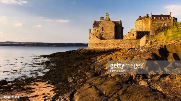 blackness castle on cliff, blackness, lothian, scotland, uk - castle stock pictures, royalty-free photos & images
