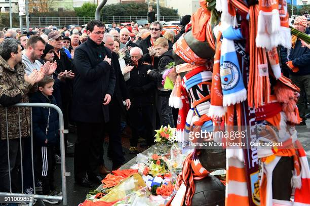 Blackpool manager Gary Bowyer lays a wreath at the Jimmy Armfield statue to honour the late Jimmy Armfield during the Sky Bet League One match...