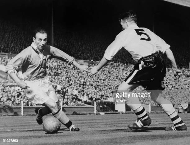Blackpool's forward Stanley Matthews dribbles past Bolton's midfielder Barass during the English Cup final 03 May 1953 at Wembley stadium in London...