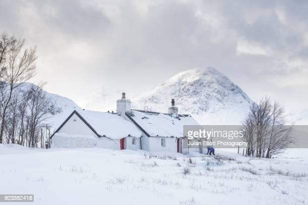 blackrock cottage and buachaille etive mor. - blackrock stock pictures, royalty-free photos & images