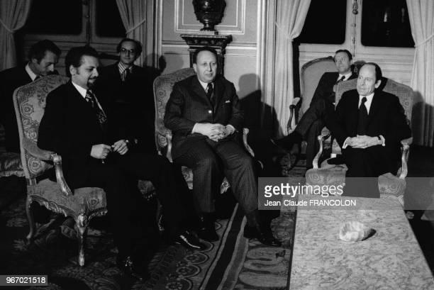 Bélaïd Abdessalam ministre algérien de l'Energie et d'Ahmed Zaki Yamani ministre saoudien du Pétrole reçus par le ministre français des Affaires...