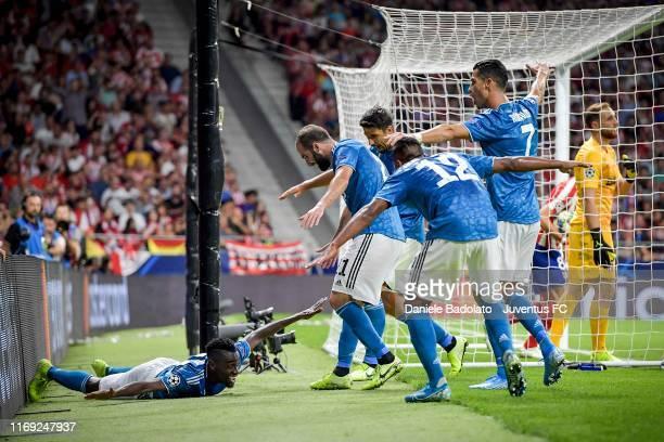 Blaise Matuidi of Juventus celebrates his goal of 2-0 with teammates Alex Sandro, Gonzalo Higuain, Sami Khedira and Cristiano Ronaldo during the UEFA...