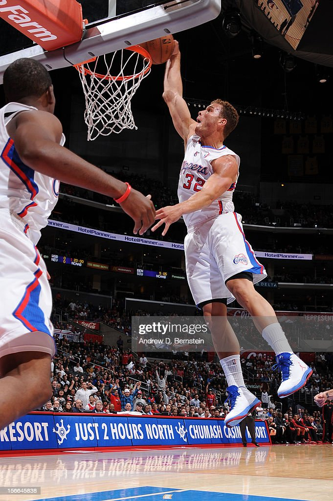Blake Griffin #32 of the Los Angeles Clippers dunks against the Chicago Bulls at Staples Center on November 17, 2012 in Los Angeles, California.