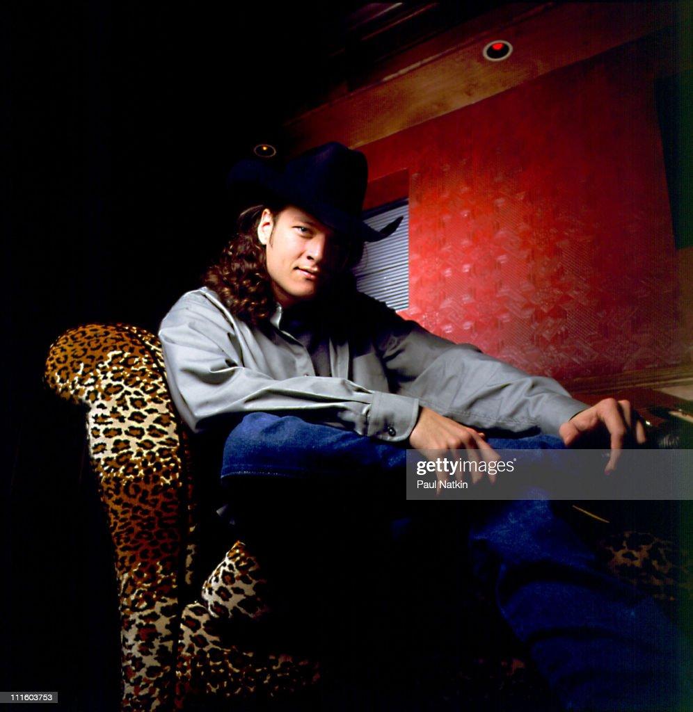 Blake Shelton Photo Session - November 30, 2001 : News Photo
