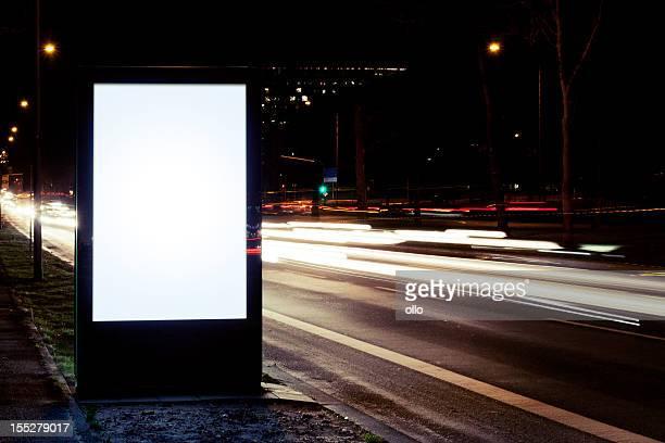 Leere Werbung Plakat auf der Straße in der Stadt bei Nacht