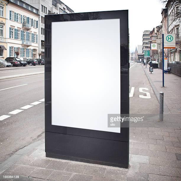 空白の広告看板通りに、街のバス停留所