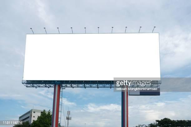 blank billboard at blue sky background - tabellone foto e immagini stock