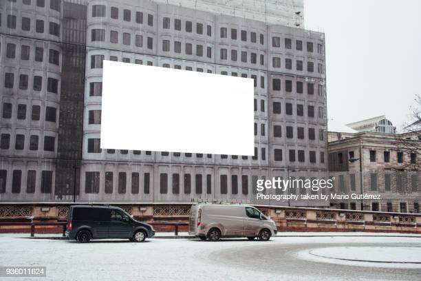 blank billboard on building facade - spruchband stock-fotos und bilder