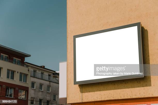 blank billboard on building facade - horizontal fotos stock-fotos und bilder