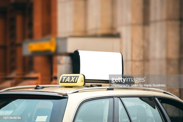 blank billboard on taxi car - táxi - fotografias e filmes do acervo
