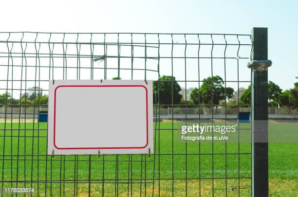 blank billboard outdoors - tacler photos et images de collection