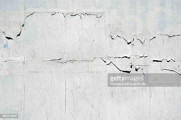 a blank billboard that is peeling - poster stockfoto's en -beelden