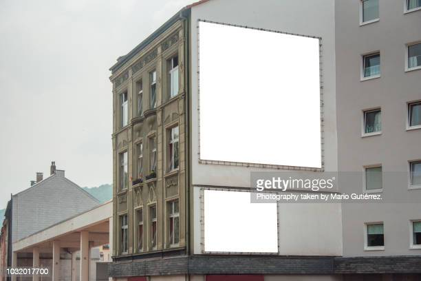 blank billboards on building facade - dois objetos - fotografias e filmes do acervo