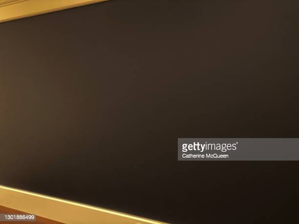 blank blackboard background - thinking outside the box englische redewendung stock-fotos und bilder