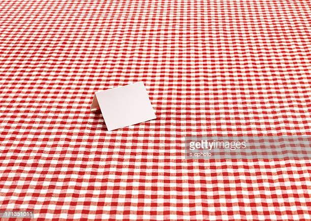 Carte vide sur la nappe à carreaux