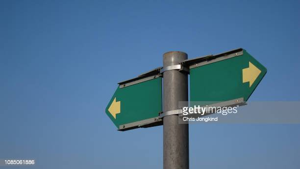 blank directional sign pointing both ways on a post - north stock pictures, royalty-free photos & images