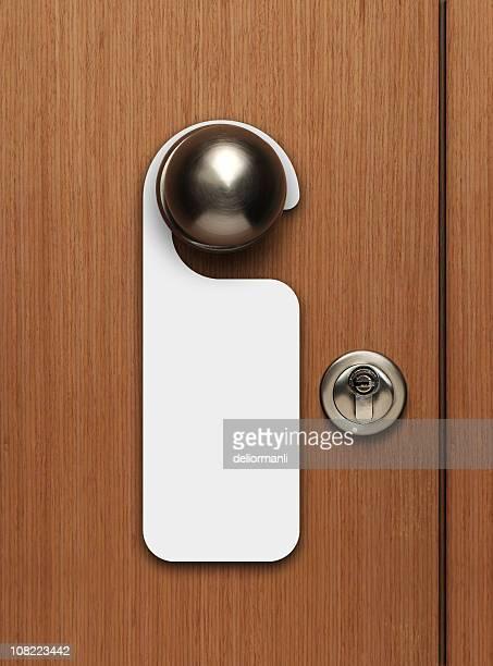 sinal em branco pendurado em maçaneta de porta - porta - fotografias e filmes do acervo