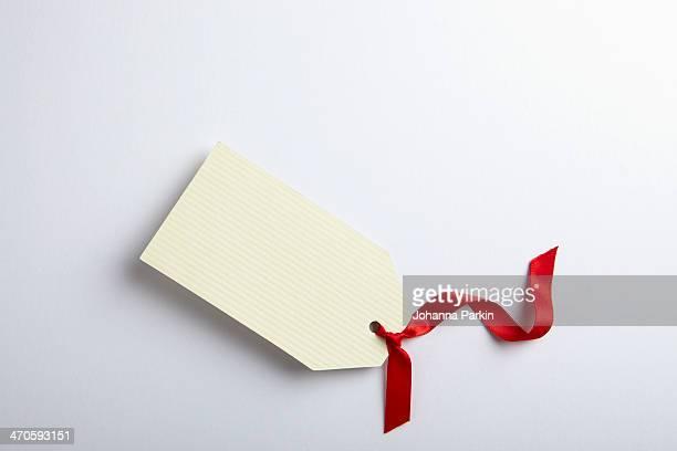 blank gift tag with red ribbon - cartão de presente - fotografias e filmes do acervo