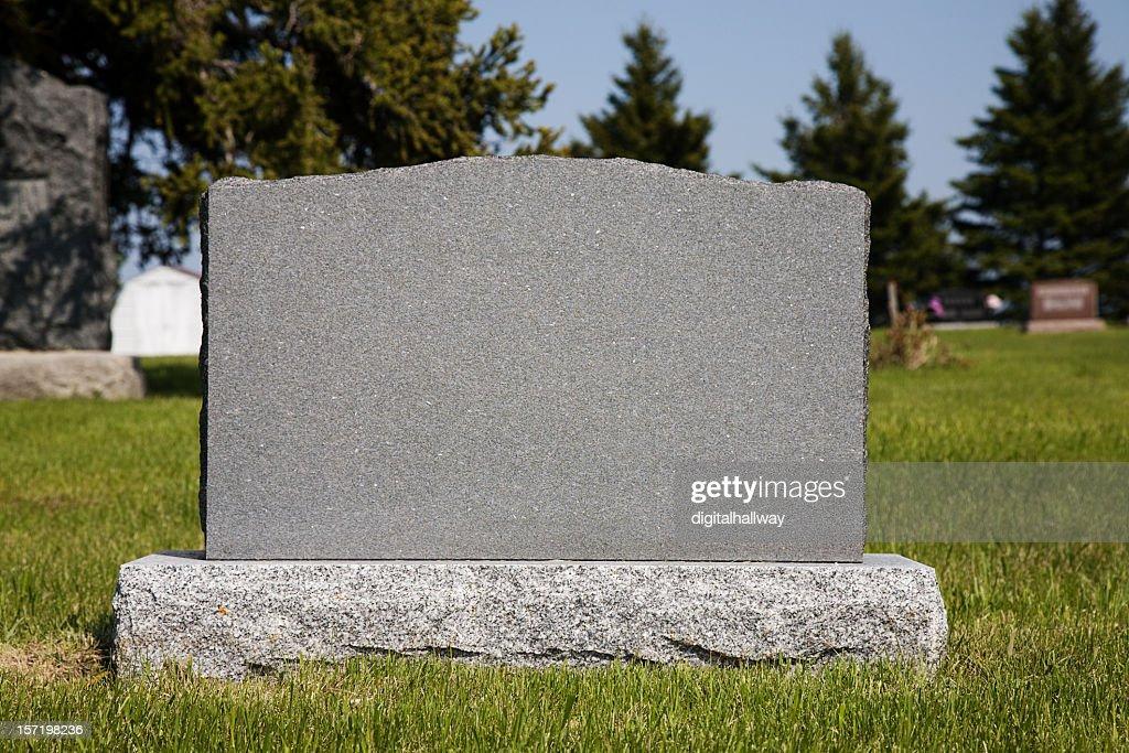 Blank gravestone in grassy graveyard : Stockfoto