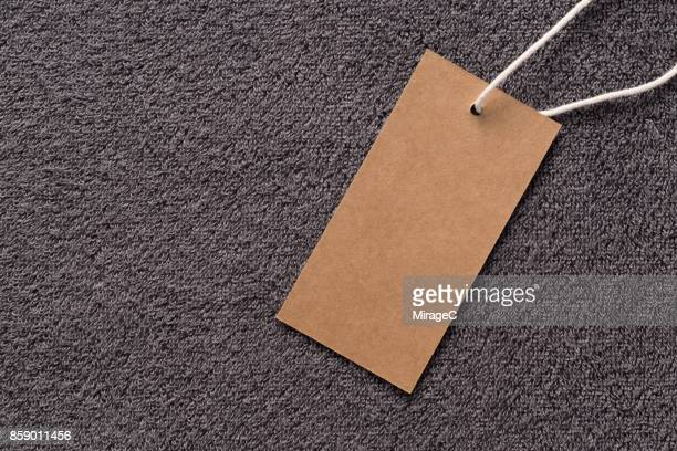 blank kraft label on towel background - tag stock-fotos und bilder