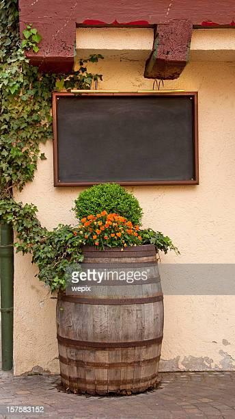 Carte vierge vieux tonneau de vin idyllique de fleurs à l'extérieur