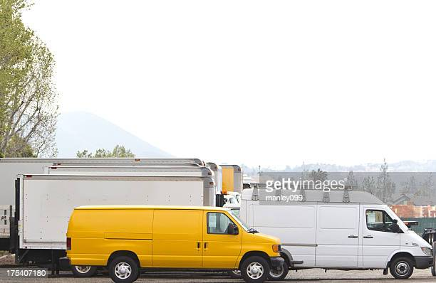 Blanco moviendo las furgonetas y camiones