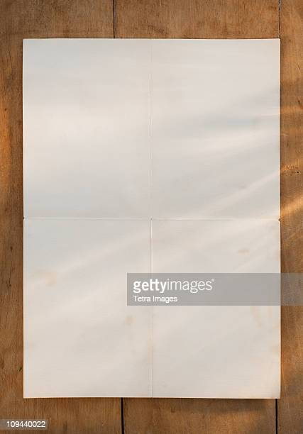 blank page on wooden table - bericht stockfoto's en -beelden