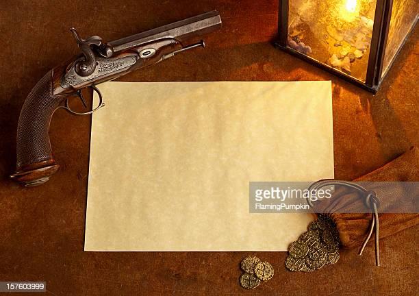 Papier avec pistolet d'antiquités et de pièces d'or. Horizontal.