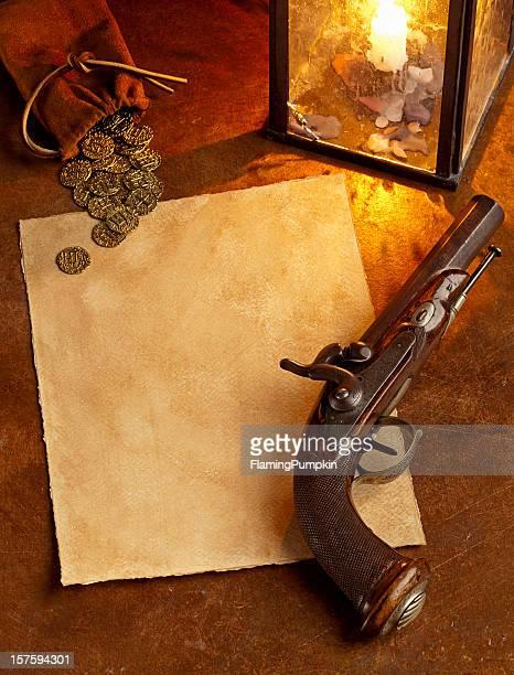 Papier avec pistolet d'antiquités et de pièces d'or. Vertical.