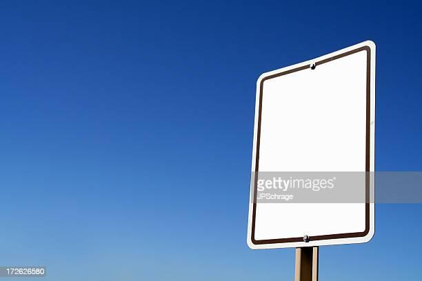 Signe blanc contre le ciel bleu transparent