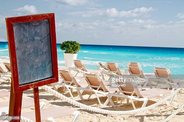 Leere Schild am Strand
