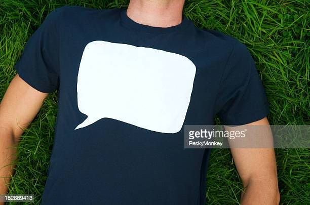 Vide Bulle de dialogue sur T-shirt sur de l'herbe
